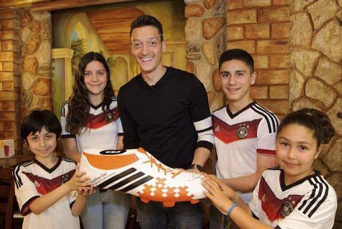 Photo from www.facebook.com/mesutoezil