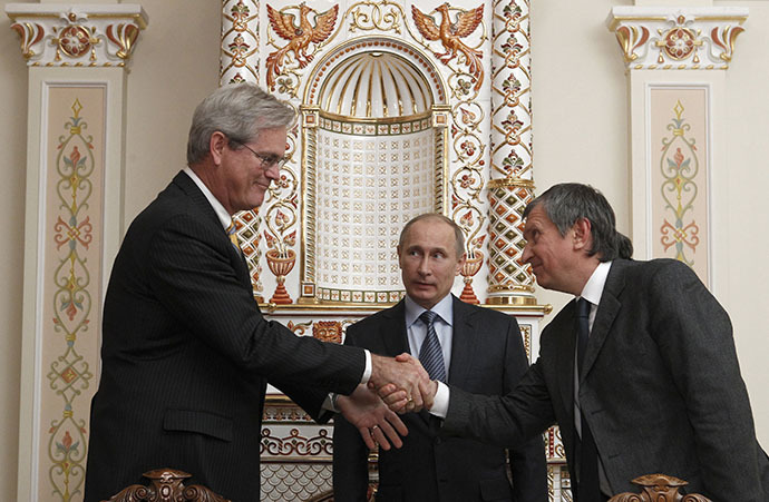 Rosneft Chief Executive Igor Sechin (R), President of ExxonMobil Exploration Company Stephen Greenlee (L) and Russian President Vladimir Putin attend a signing ceremony at the Novo-Ogaryovo state residence outside Moscow, February 13, 2013. (Reuters / Sergei Karpukhin)
