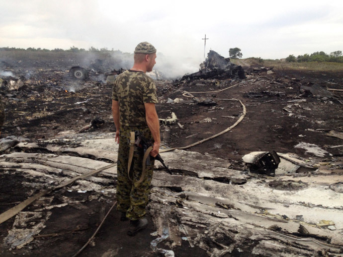 An armed pro-Russian separatist stands at a site of a Malaysia Airlines Boeing 777 plane crash in the settlement of Grabovo in the Donetsk region, July 17, 2014.(Reuters / Maxim Zmeyev)
