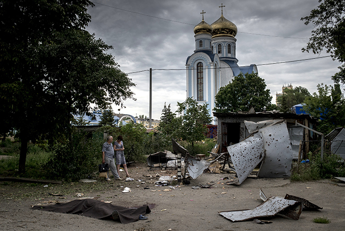 People in Lugansk after an artillery attack (RIA Novosti / Valery Melnikov)