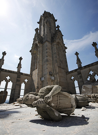A damaged stone angel is pictured on the roof of the main tower of Washington's National Cathedral after an earthquake. (Reuters / Jason Reed)