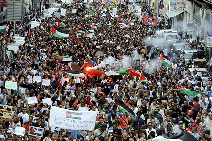 People take part in a demonstration in Marseille, southern France, on July 19, 2014, to protest against Israel's military campaign in Gaza and show their support to the Palestinian people. (AFP Photo / Frank Pennant)