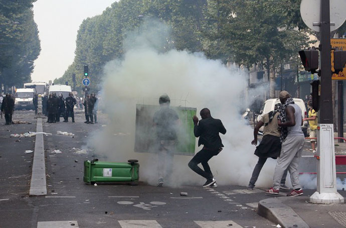 Protesters clash with riot police near the Barbes-Rochechouart aerial metro station prior to the departure of a demonstration, banned by French police, in Paris on July 19, 2014 to denounce Israel's military campaign in Gaza and show their support for the Palestinian people. (AFP Photo / Jacques Demarthon)