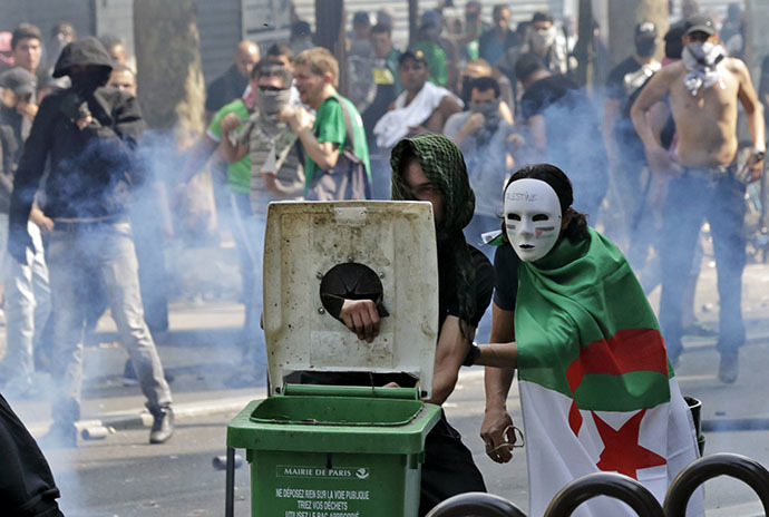 Pro-Palestinian protesters face police during a demonstration against violence in the Gaza strip, which had been banned by police, in Paris, July 19, 2014. (Reuters / Philippe Wojazer)