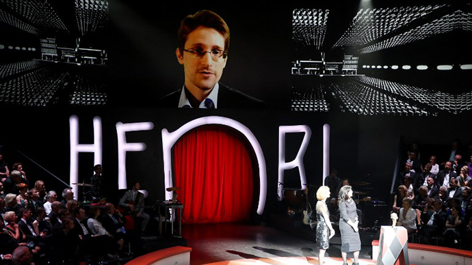A giant screen shows fugitive US intelligence leaker Edward Snowden (top) delivering a speech, on May 16, 2014 in the northern German city of Hamburg. (AFP Photo / Axel Heimken)