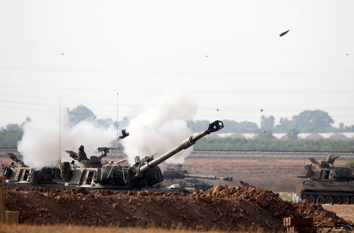An Israeli artillery fires a 155mm shell towards targets in the Gaza Strip from their position near Israel's border with the Strip on July 20, 2014.(AFP Photo / Jack Guez )