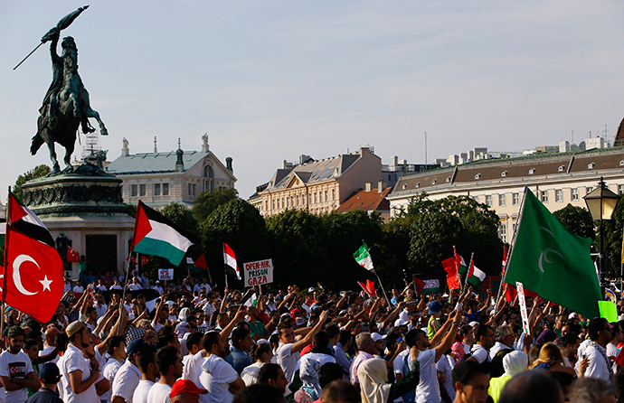 Pro-Palestinian protesters shout slogans and hold flags during a demonstration against Israel's military action in the Gaza strip, in Vienna July 20, 2014 (Reuters / Leonhard Foeger)