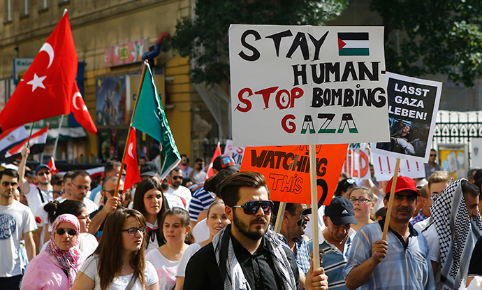 Pro-Palestinian protesters shout slogans and hold signs during a demonstration against Israel's military action in the Gaza strip, in Vienna July 20, 2014 (Reuters / Leonhard Foeger)