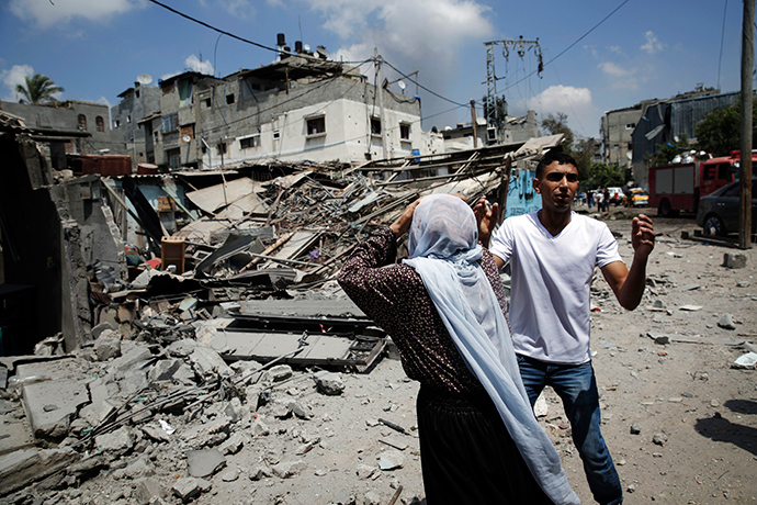 Palestinians react to destroyed homes in the Shejaia neighbourhood, which was heavily shelled by Israel during fighting, in Gaza City July 20, 2014 (Reuters / Finbarr O'Reilly)