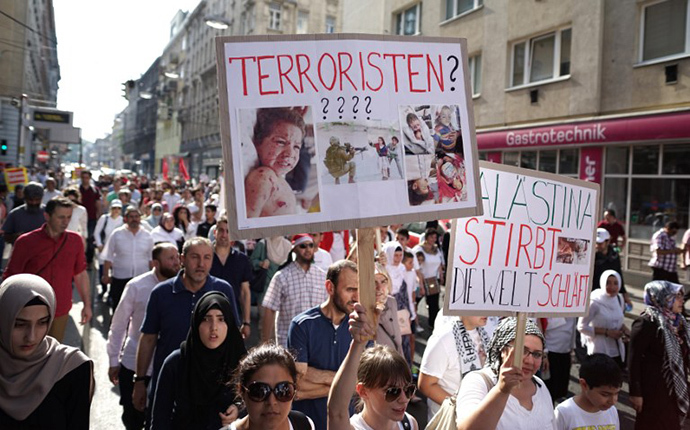 Pro-Palestinian protesters shout slogans and hold signs during a demonstration against Israel's military action and violence in the Gaza strip, in Vienna July 20, 2014. (AFP Photo / Joe Klamar)