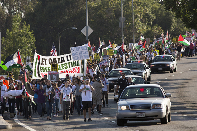 Pro-Palestine supporters, protesting against violence in the Gaza strip, march on Wilshire Boulevard in Los Angeles, California July 20, 2014. (Reuters / Jonathan Alcorn)