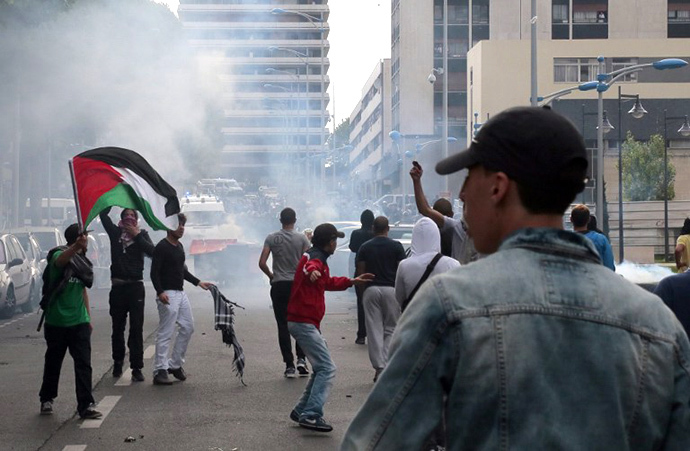 Protesters clash with riot police in Sarcelles, a suburb north of Paris, on July 20, 2014, during a demonstration to denounce Israel's military campaign in Gaza and show their support for the Palestinian people. (AFP Photo / Omar Bouyacoub)