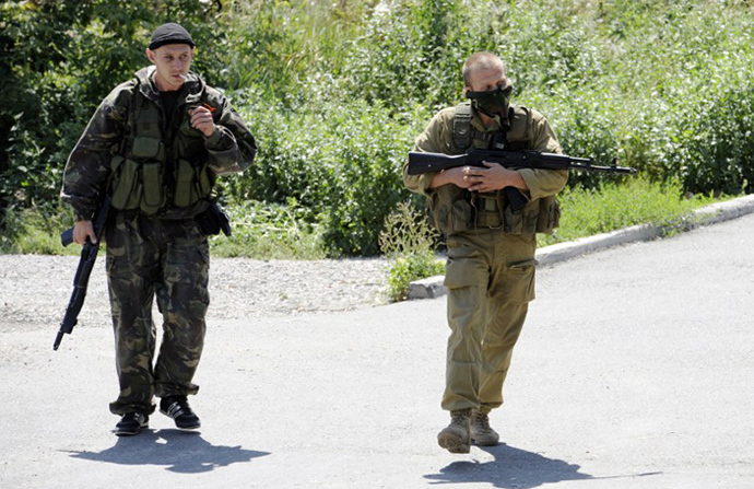 Members of the self-defense forces walk during the combat with Ukrainian forces in the eastern Ukrainian city of Donetsk on July 21, 2014. (AFP Photo / Alexander Khudoteply)