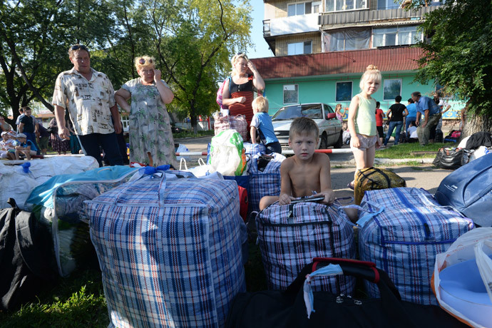 Donetsk Region residents before leaving town. (RIA Novosti / Mikhail Voskresenskiy)