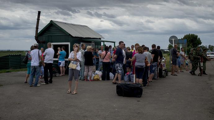 Refugees at the Severny border checkpoint in the Lugansk region. (RIA Novosti / Valeriy Melnikov)