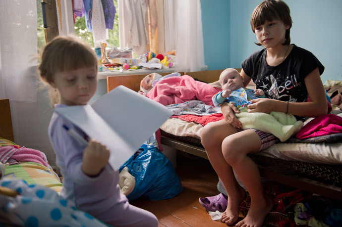 Refugee children from Sloviansk play in their room of a rest house for miners in Snizhne (AFP Photo / Daniel Mihailescu)