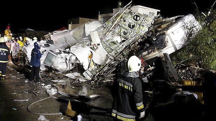 TransAsia plane crash lands in Taiwan, dozens killed