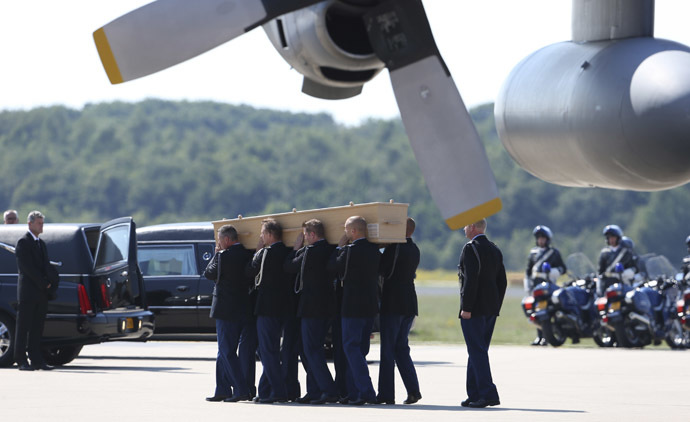 A coffin of one of the victims of Malaysia Airlines MH17 downed over rebel-held territory in eastern Ukraine, is carried from an aircraft during a national reception ceremony at Eindhoven airport July 23, 2014. (Reuters/Francois Lenoir)