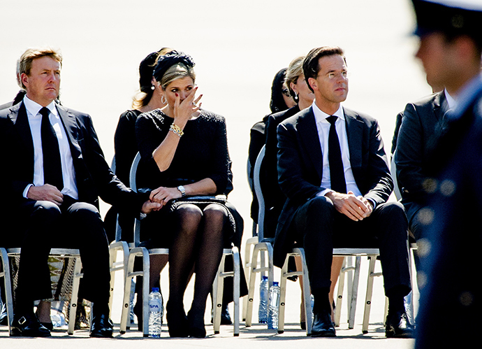 (From L) King Willem-Alexander and Queen Maxima of The Netherlands, and Dutch Prime minister Mark Rutte attend a ceremony upon the arrivals of a plane from Ukraine, carrying the remains of victims of downed Malaysia Airlines flight MH17, at Eindhoven Airbase on July 23, 2014. (AFP Photo / Robin van Lonkhuijsen)