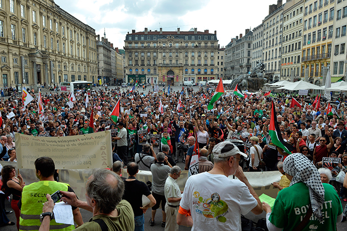 People shout and wave Palestinian flags during a demonstration on Terreaux Square, in Lyon, central-eastern France, on July 23, 2014 to denounce Israel's military campaign in Gaza and to show their support to the Palestinian people (AFP Photo / Romain Lafabregue)