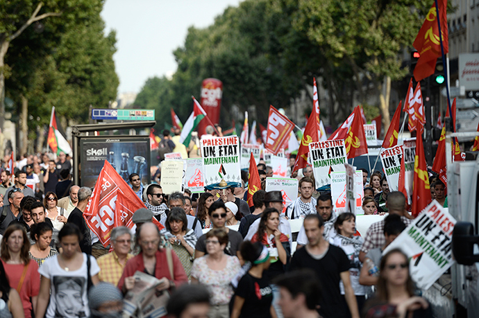 Protesters take part in a demonstration on July 23, 2014 in Paris, to denounce Israel's military campaign in Gaza and to show their support to the Palestinian people (AFP Photo / Stephane De Sakutin)