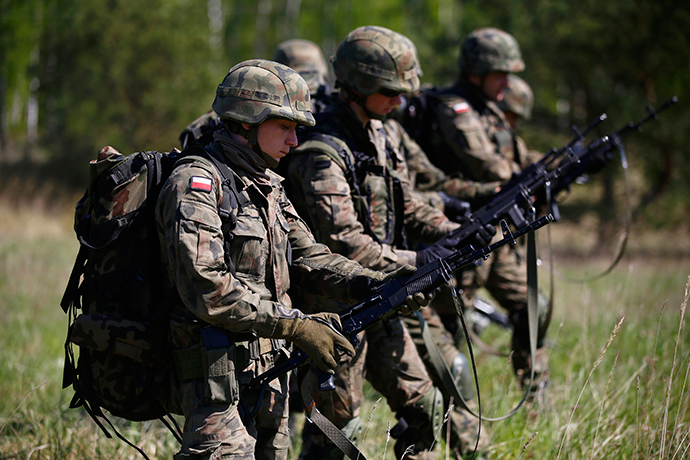 Polish 6 Airborne Brigade soldiers check their weapons as they participate in training exercises with paratroopers from the U.S. Army's 173rd Infantry Brigade Combat Team at the Land Forces Training Centre in Oleszno near Drawsko Pomorskie, north west Poland May 1, 2014 (Reuters / Kacper Pempel)