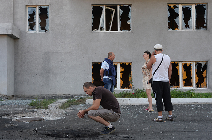 Residents of a multi-storey building damaged by the artillery shelling of Donetsk by the Ukrainian army. (RIA Novosti / Mikhail Voskresenskiy)