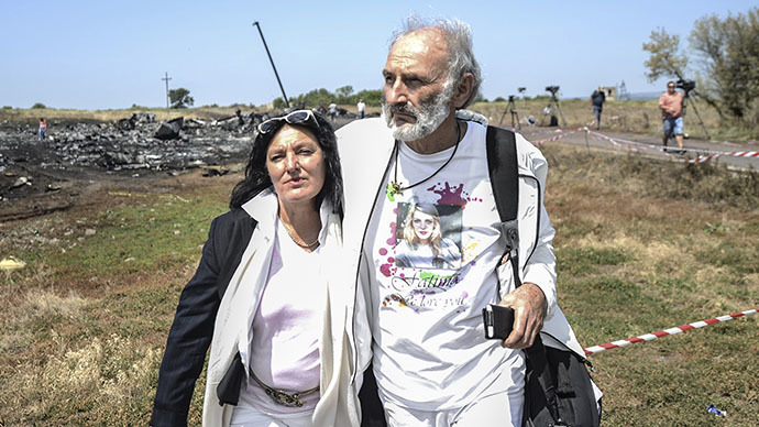 Jerzy Dyczynsk (R) and Angela Rudhart-Dyczynski from Australia arrive on July 26, 2014 at the crash site of the Malaysia Airlines Flight MH17 to look for their late 25 years old daughter Fatima, near the village of Hrabove (Grabovo), in the Donetsk region. (AFP Photo / Bulent Kilic)