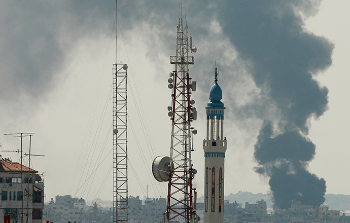 Smoke rises during an Israeli offensive in the east of Gaza City July 27, 2014. (Reuters / Suhaib Salem)