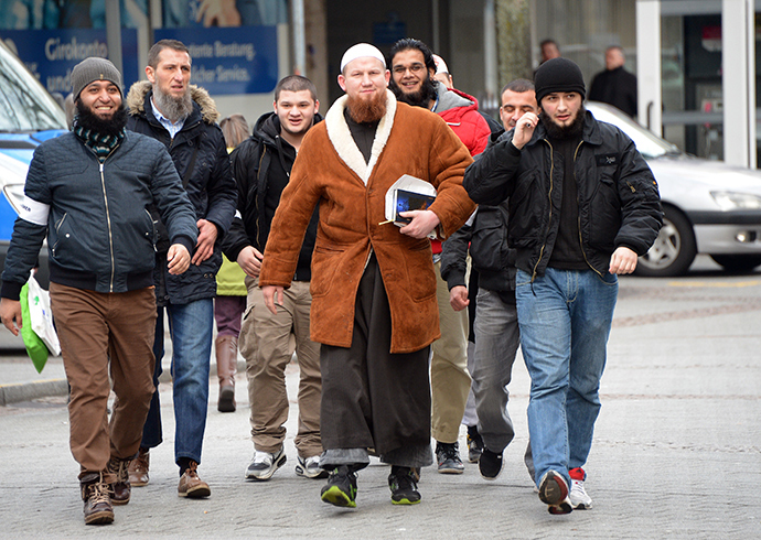 German Islamic preacher Pierre Vogel (C), also known as Abu Hamza, arrives to speak during a rally of supporters of the Salafist movement on January 18, 2014 in Pforzheim, southwestern Germany (AFP Photo / Uli Deck)