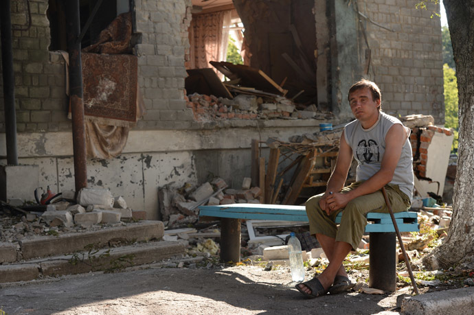 A local resident near an apartment building damaged by a rocket and mortar attack on Horlivka, Donetsk region. (RIA Novosti/Mikhail Voskresenskiy)