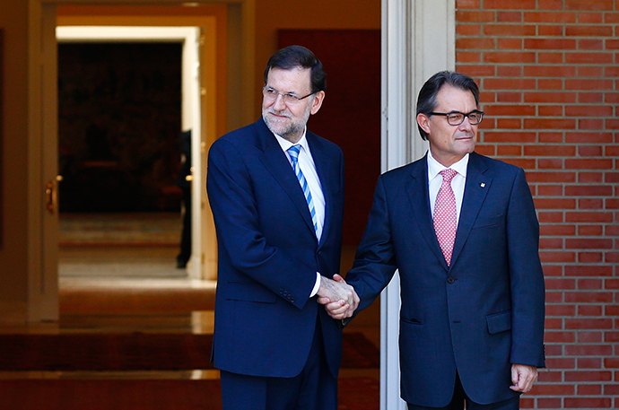 Spanish Prime Minister Mariano Rajoy (L) greets Catalan President Artur Mas at the Moncloa Palace in Madrid, July 30, 2014 (Reuters / Paul Hanna)