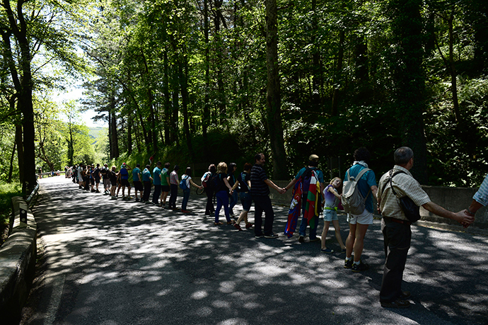 Participants in the human chain linking the Basque town of Durango with the Navarran capital of Pamplona join hands at the mountain pass of Kanpazar June 8, 2014 (Reuters / Vincent West)
