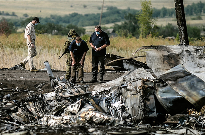 Investigators work at a the crash site of the Malaysia Airlines Flight MH17 near the village of Hrabove (Grabovo), some 80km east of Donetsk, on July 25, 2014. (AFP Photo / Bulent Kilic)