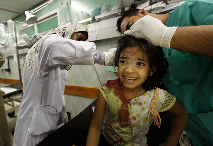 A displaced Palestinian taking shelter at a UN school receives treatment at the Kamal Edwan hospital in Beit Lahia in the northern Gaza Strip early on July 31, 2014 (AFP Photo / Mohammed Abed)