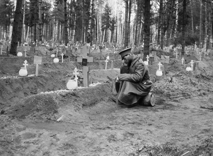 Soldier at a common graveyard. WWI (RIA Novosti)