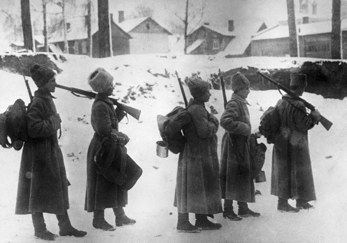 Soldiers leave the front line during the World War I. (RIA Novosti)