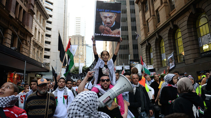 A girl (C) holds up a placard with an image of Israeli Prime Minister Benjamin Netanyahu during a rally in Sydney against Israel's military campaign in Gaza on August 3, 2014.(AFP Photo / Saeed Khan)