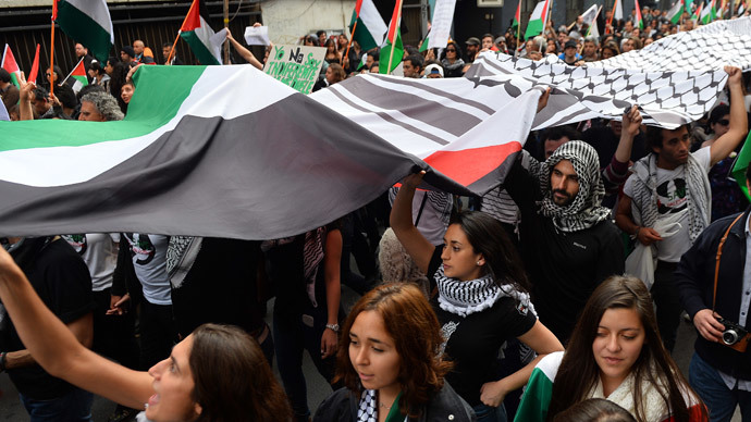 People take part in a demonstration outside La Moneda presidential palace in Santiago, Chile, on August 02, 2014, to protest against Israel's military campaign in Gaza and show their support to the Palestinian people.(AFP Photo / Martin Bernetti)
