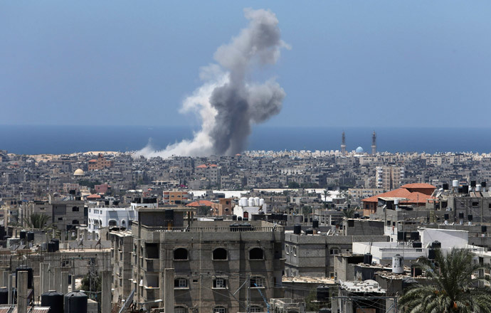 Smoke rises following what witnesses said was an Israeli air strike in Rafah in the southern Gaza Strip August 3, 2014.(Reuters / Ibraheem Abu Mustafa)