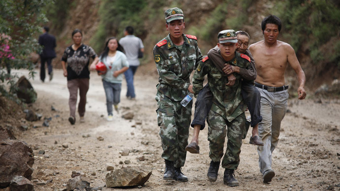 Chinese rescuers carry an injuried resident after an earthquake hit an area of Ludian county in Zhaotong in southwest China's Yunnan province on August 3, 2014.(AFP Photo / China out )