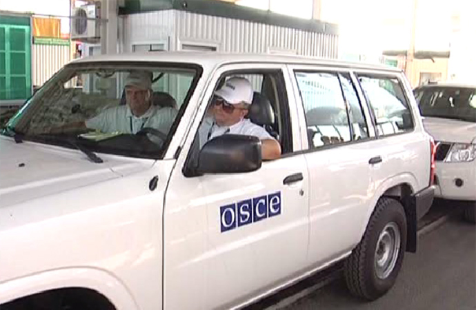 OSCE observers at the Russian Gukovo checkpoint. (Still from Zvezda channel footage.)