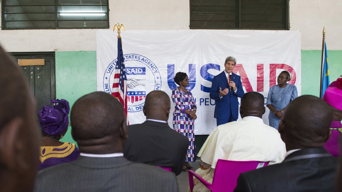 U.S. Secretary of State John Kerry (C) speaks beside Hospital Director Dolores Nembunzu (L) and Sister Mary Joseph (R) at the Fistula Clinic at Saint Joseph's Hospital, funded by USAID, in Kinshasa, May 4, 2014. (Reuters)