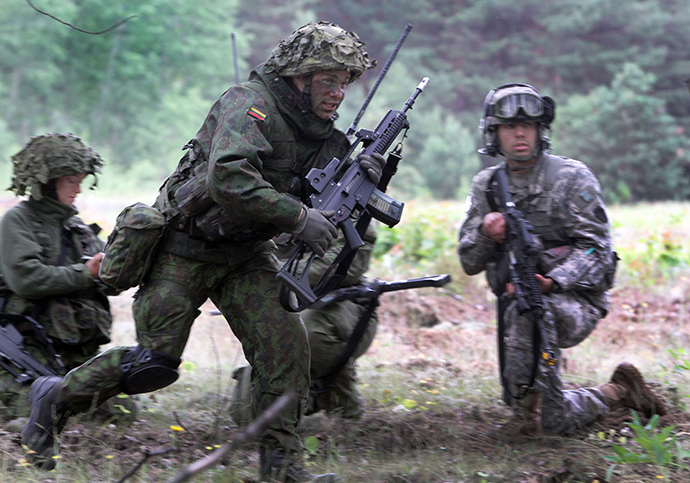A soldier from the US Pennsylvania National Guard (R) and a Lithuanian soldier take part in a field training exercise during the first phase Saber Strike 2014, at the Rukla military base, Lithuania, on June 14, 2014. Saber Strike, a NATO exercise that will span multiple locations in Latvia, Lithuania and Estonia, involves approximately 4,700 personnel from 10 countries (AFP Photo)