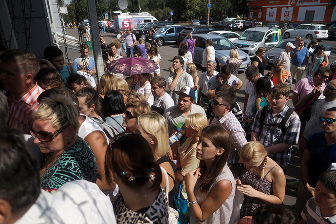 A line at the entrance to the office of the Labirint tour operator in Moscow (RIA Novosti / Vladimir Pesnya)