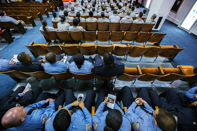 Prison guards and inmates of Rikers Island Correctional Facility listen to a service held the day before Christmas in New York (Reuters / Lucas Jackson)