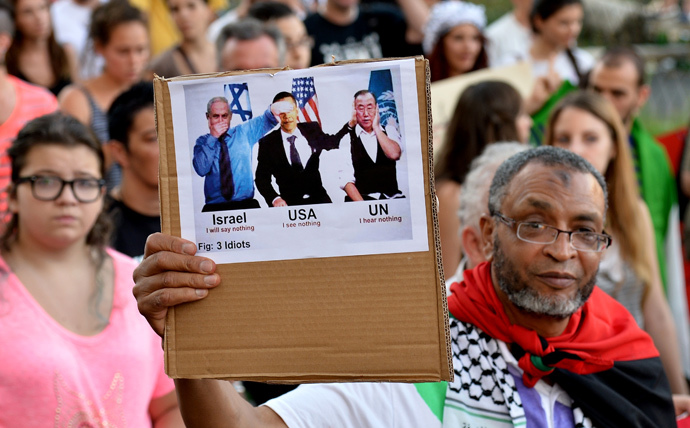 A man holds up a sign featuring (from L) Prime Minister of Israel Benjamin Netanyahu, US President Barack Obama and United Nations Secretary-General Ban Ki-moon during a demonstration in central Rome (AFP Photo / Tiziana Fabi)