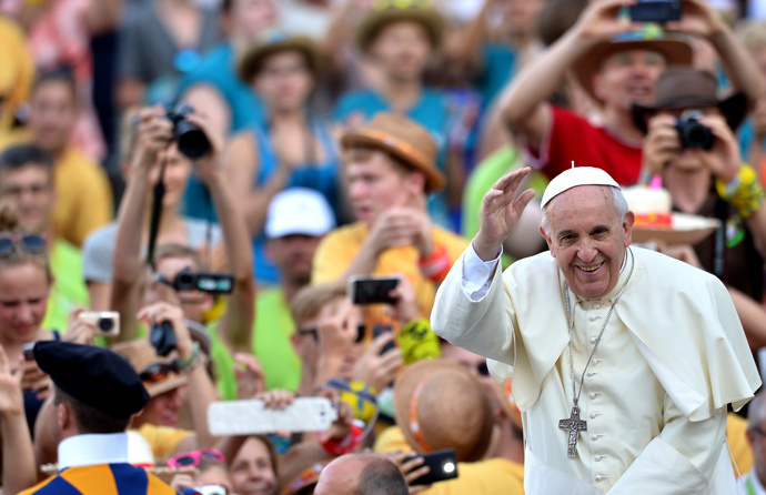 Pope Francis waves as he arrives for an open-air meeting with German altar boys and girls in Saint Peter's Square at the Vatican on August 5, 2014. (AFP Photo / Alberto Pizzoli)