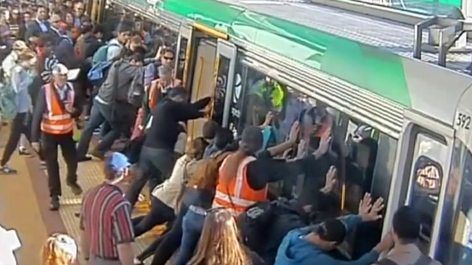 Passengers rescue man trapped between train and platform (VIDEO)