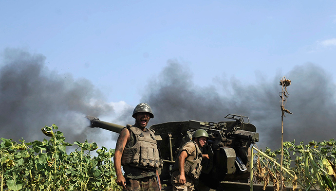 Ukrainian servicemen gather near a cannon being fired during a military operation near Pervomaisk, Lugansk region August 2, 2014 (Reuters / Maks Levin)